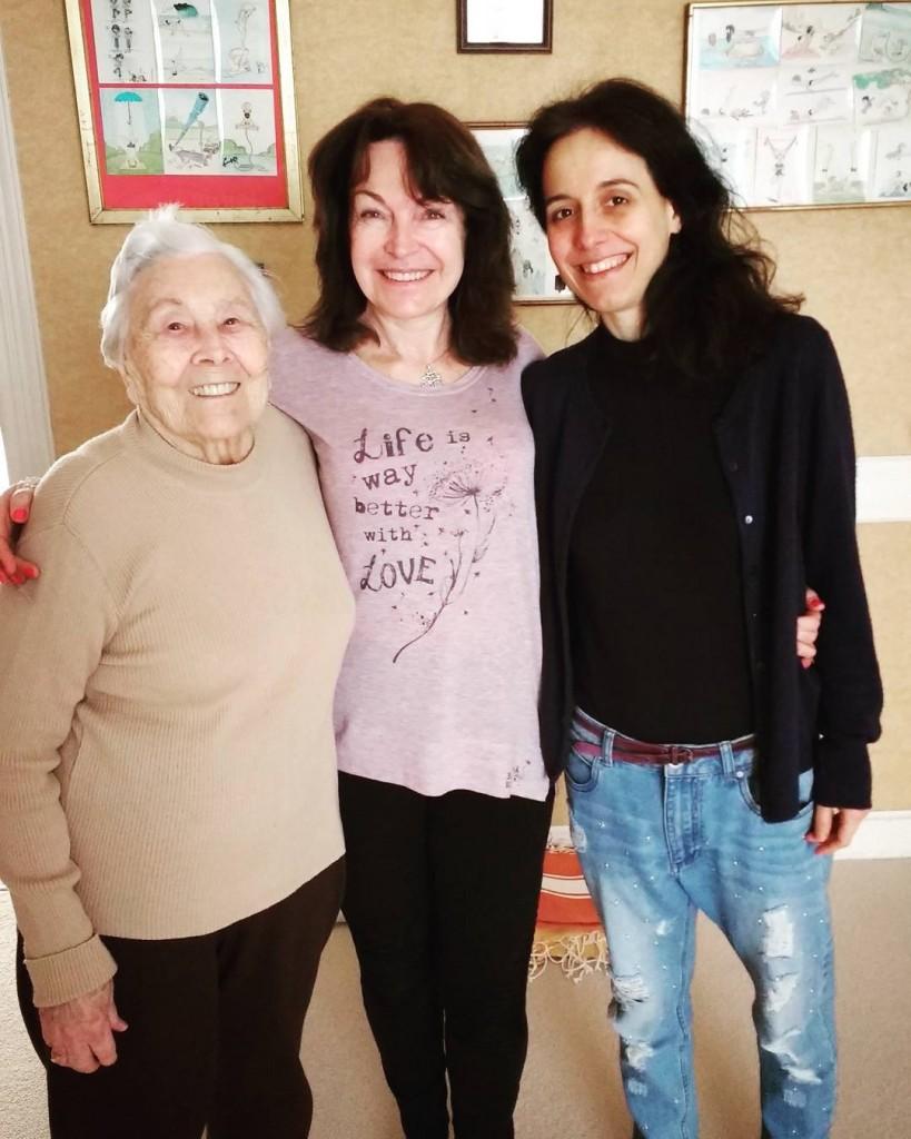 Lezione di yoga con tre generazioni